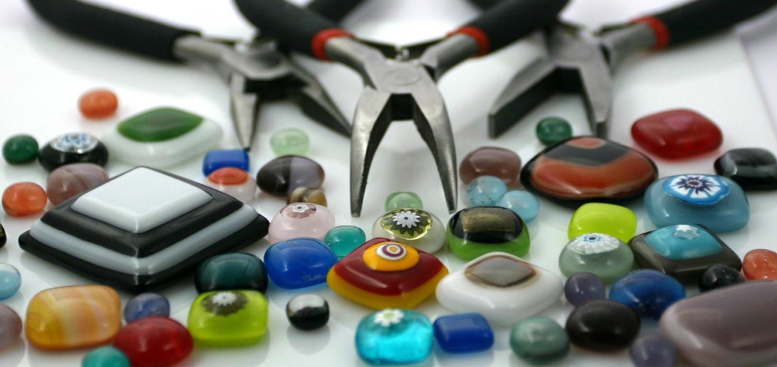 pihdit ja erilaisia helmiä