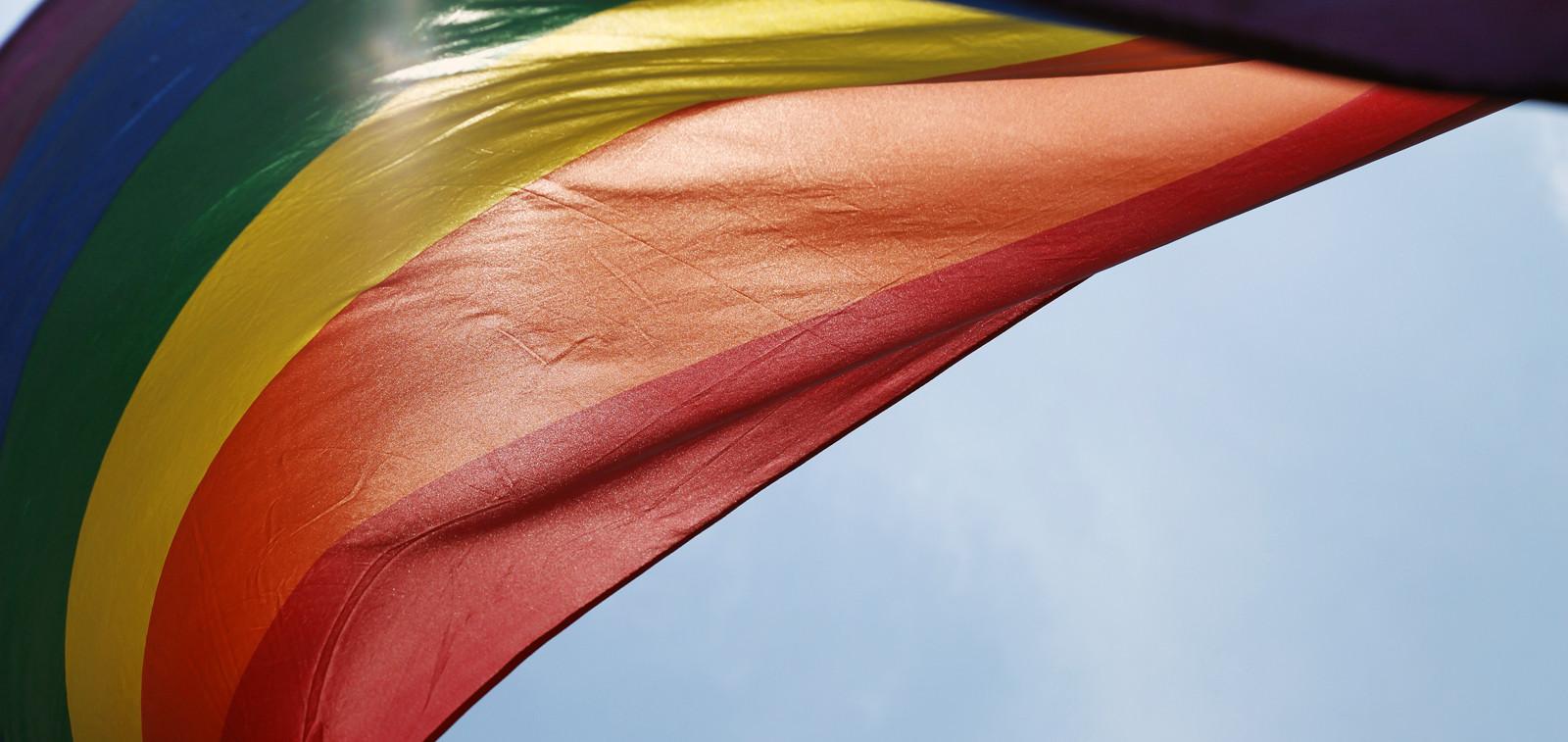 Pride-lippu ja taivas