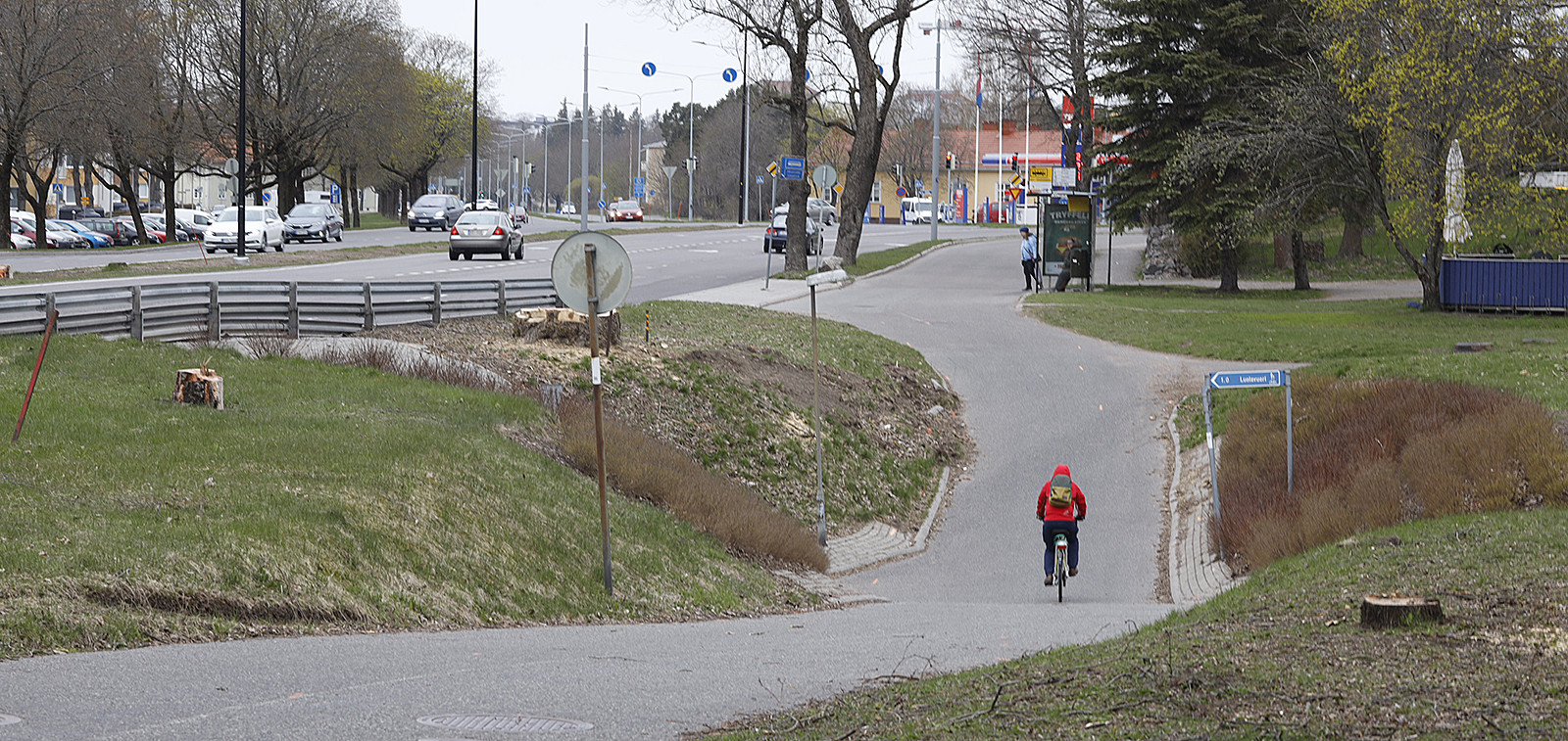 Pyöräilijä pyörätiellä