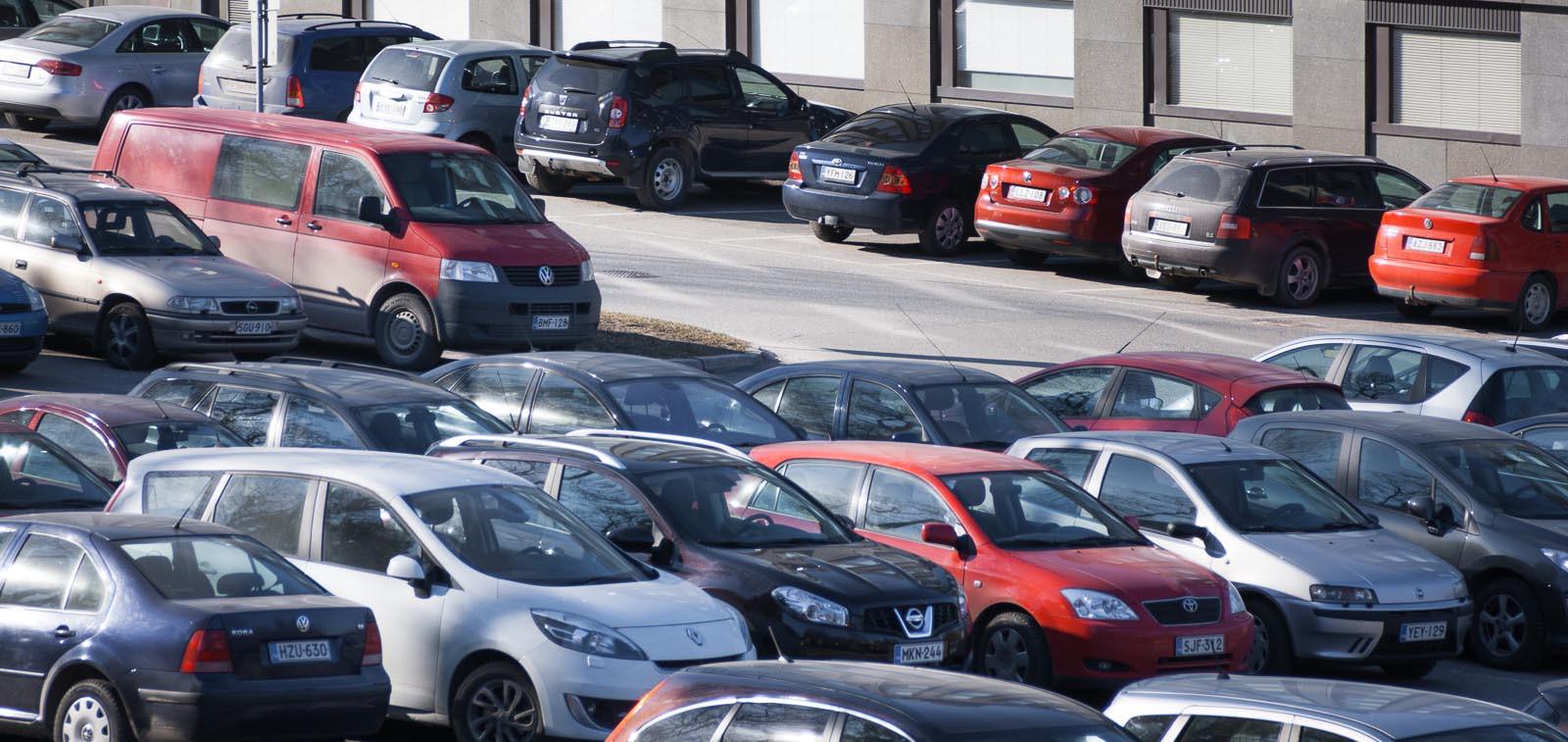 Pysäköityjä autoja parkkipaikalla