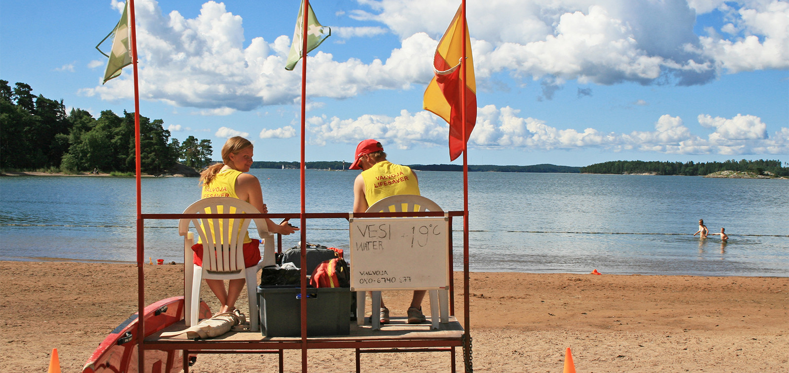 Vilkkaimmilla rannoilla on rantavalvojia kesällä.