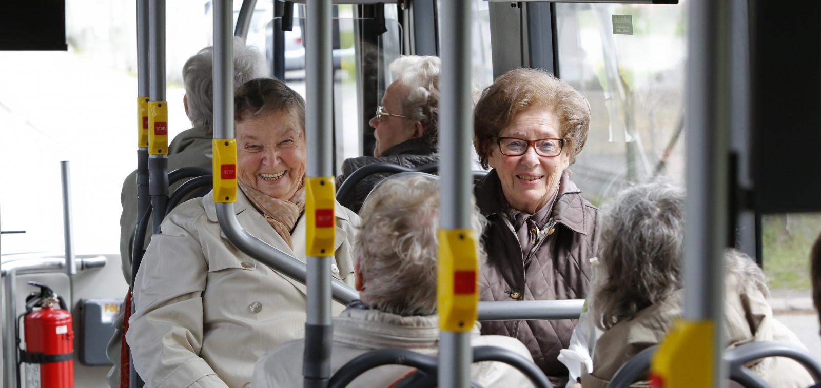 Kaksi rouvaa istuu bussin kyydissä