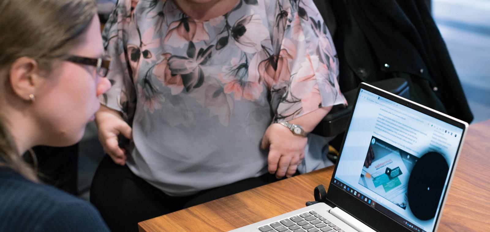 Elina Jokisuu från Avaava Digital presenterar en simulering av webbläsaren Chrome till Aino Koivisto vid räddningsverket.