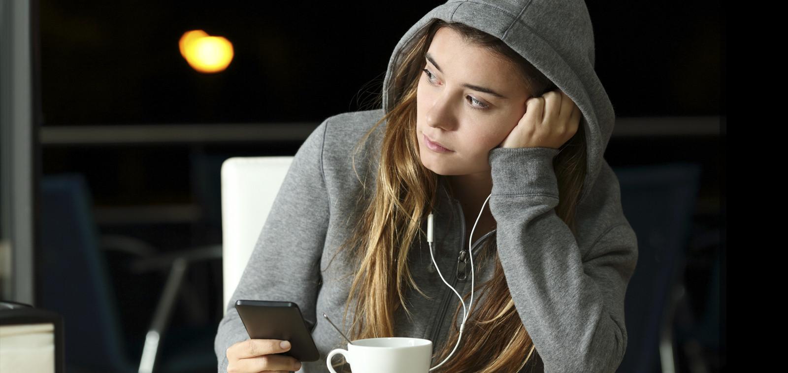 Nuori tyttö kahvilassa