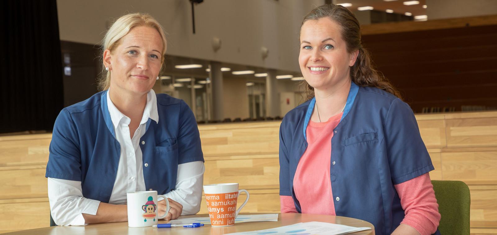 Terveydenhoitajat Pia Rantala ja Saiju Koskelo kahvittelemassa.