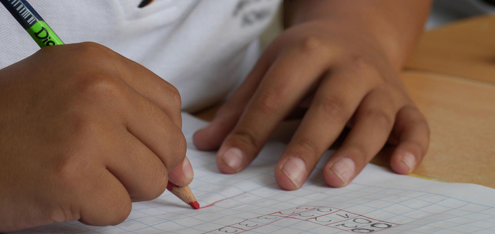 Lapsi tekee koulutehtävää