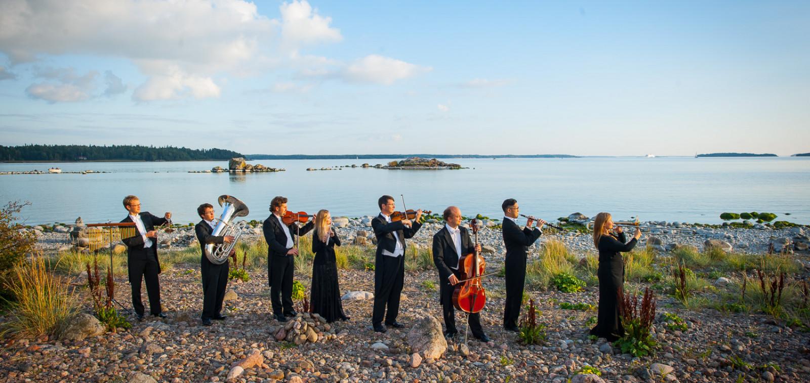 Turun filharmonisen orkesterin soittajia meren rannalla