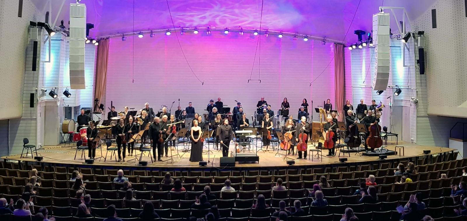 Lavalla esiintyjiä ja katsomossa asiakkaita TFO:n SAGAS - Orchestral Fantasy Music -konsertissa