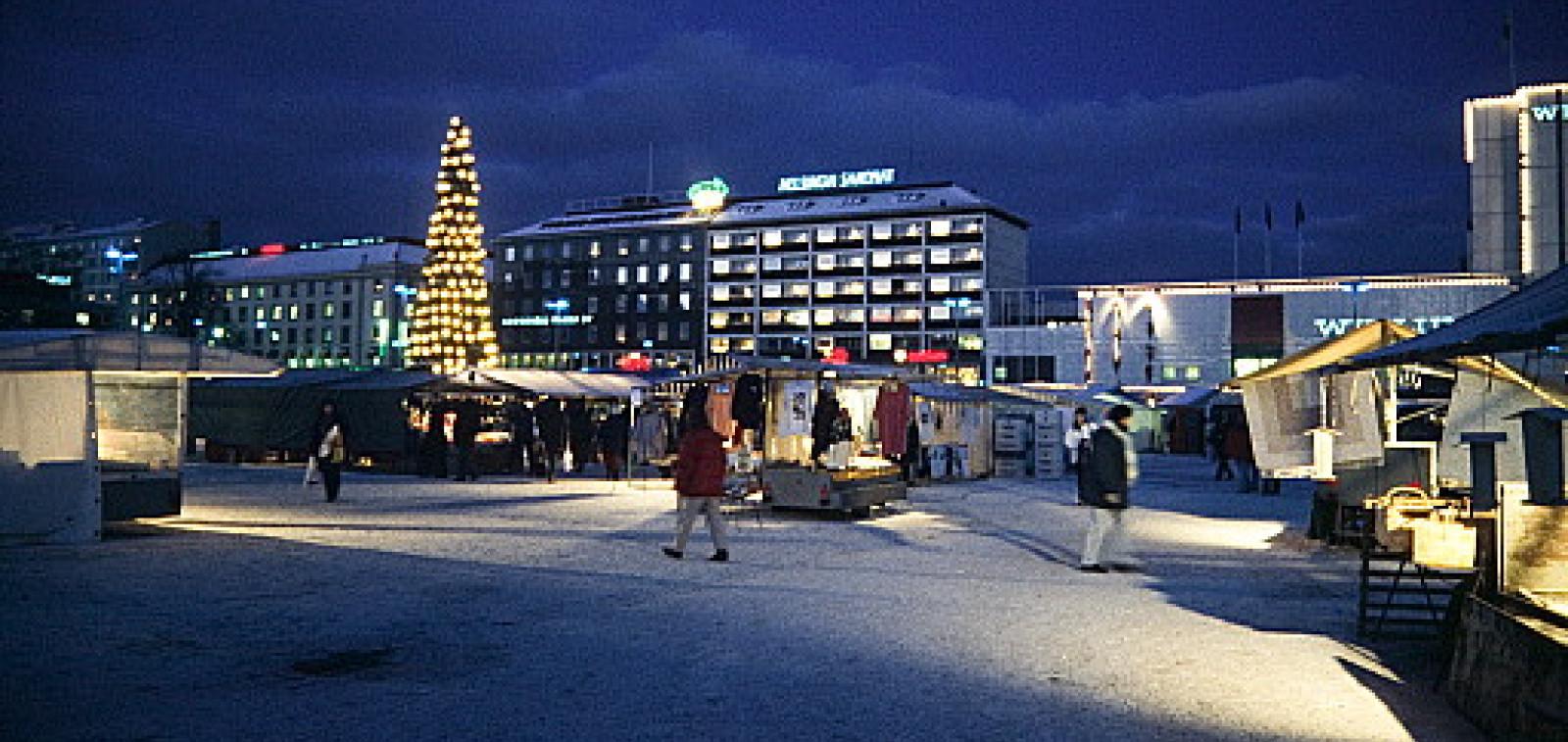 Kauppatori iltahämyssä joulukuusi