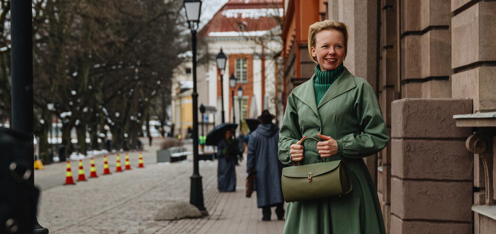 Näyttelijä Alma Pöysti Toven roolissa Turun Vähätorin tuntumaassa, taustalla näkyy Turun pääkirjasto.