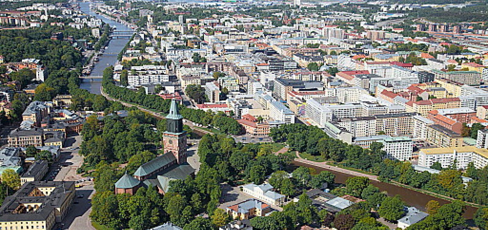 Ilmakuva Turusta, joki, Tuomiokirkko, keskusta linnanaukolle asti