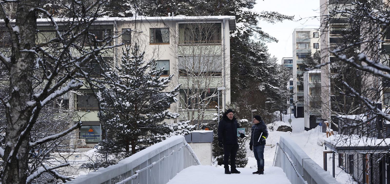 Talvinen maisema lähiöstä, kävelysillalla seisovat Turun lähiöt -kirjan tekijät Mikko Laaksonen ja Petri Aalto.
