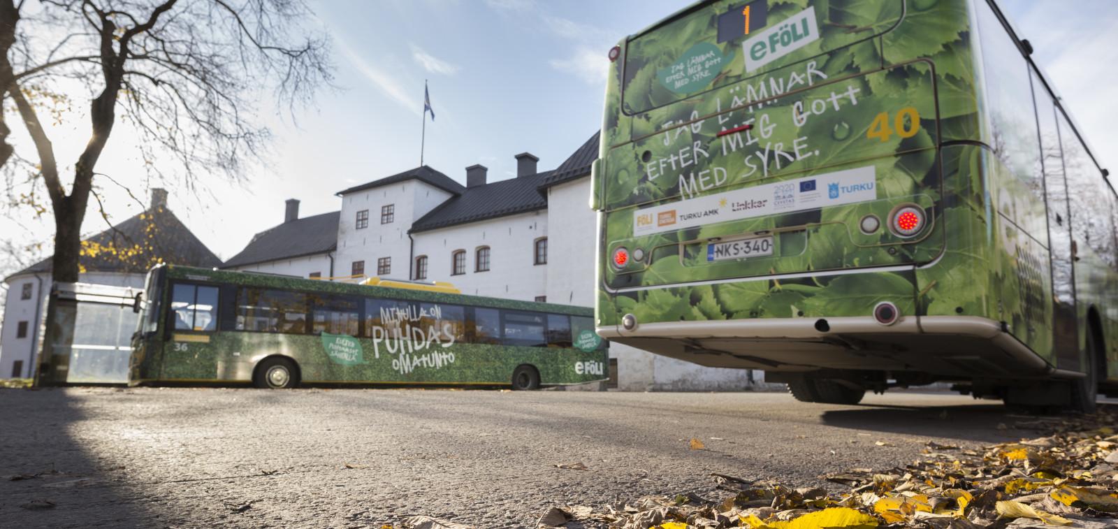 Fölin sähköbussi Turun linnan edessä