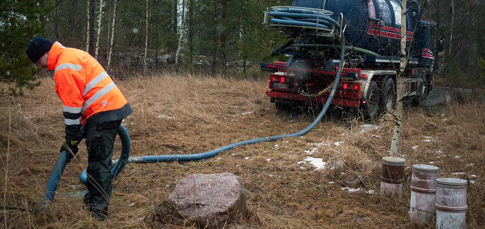 Jätevesien umpisäiliötä tyhjennetään imuautolla