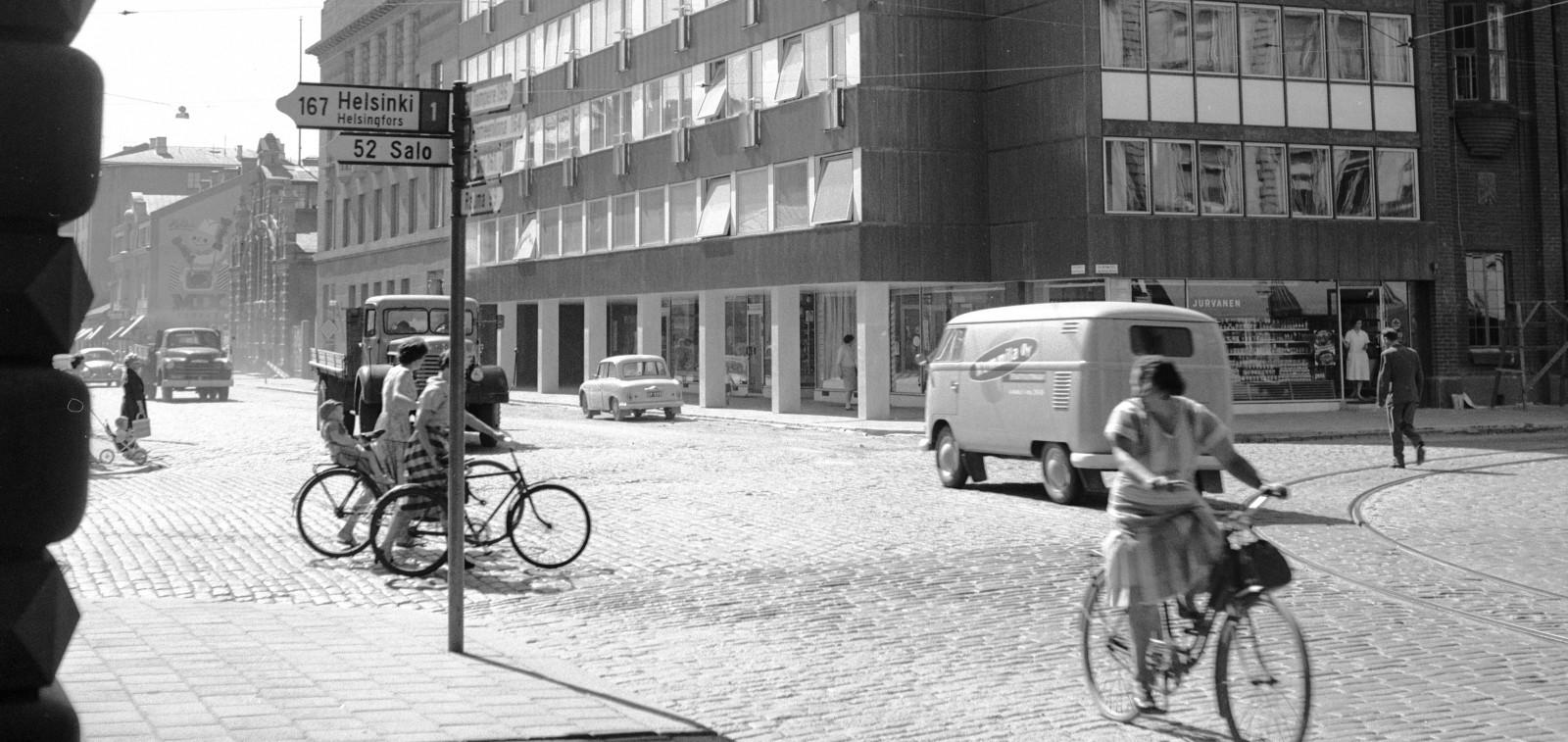 Naisia kadulla 50-luvun Turussa