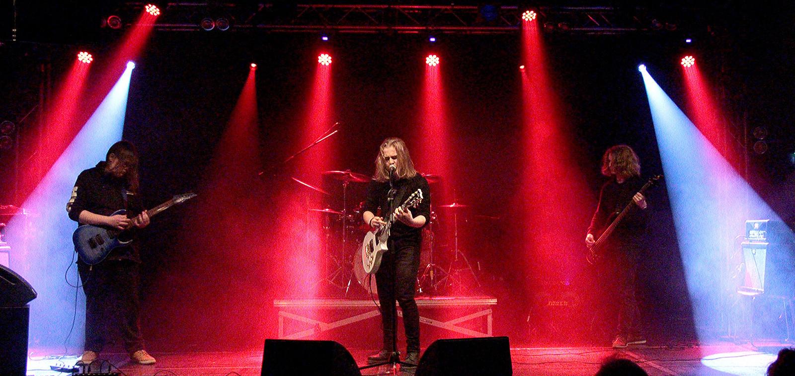 Nuorten yhtye lavalla esiintymässä Turku Bandstand katselmuksessa.