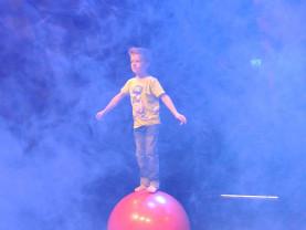 Lasten sirkusryhmän esitys Seikkailupuistossa