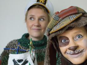 koiraksi pukeutunut hahmo ja hahmo jolla on merimieshattu