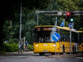Bussi pysähtyneenä liikennevaloihin