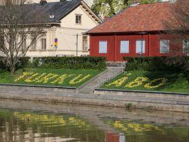 Kukkasista asetellut Turku- ja Åbo-tekstit Aurajoen rannalla