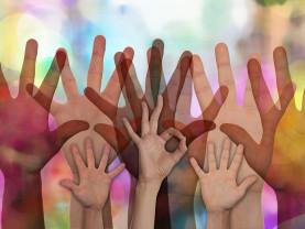 kädet ilmassa