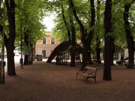 Kaupungintalon puiston puut ovat vanhoja ja kookkaita ja puistossa on puupalviljonki.
