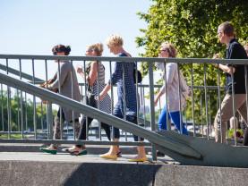 Ihmisiä sillalla