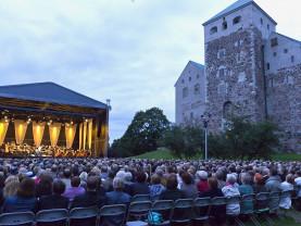 Konserttilava ja yleisöä Turun linnan edustalla