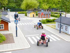 Seikkailupuiston liikennekaupungissa ajellaan polkuautoilla