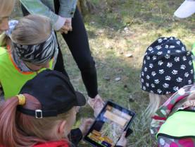Moision päiväkotiyksikön lapsia pelaamassa AR-seikkailupeliä.