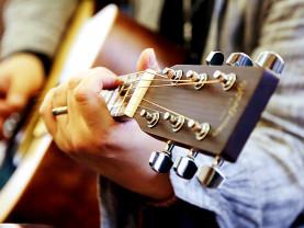 Kitara ja sitä soittavat kädet