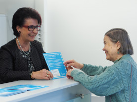 Päivi Sorsa-Entalalla asiakkaana neuvontapisteellä iäkäs nainen