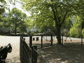 Pakkarinpuiston leikkikenttä sijaitsee puiden suojassa.