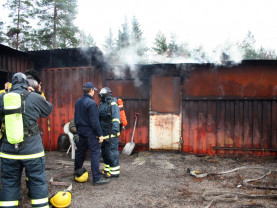 Pelastajat laittavat savusukelluspuvut päälleen