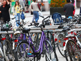 Polkupyöriä ja jalankulkijoita kävelykadulla