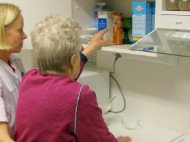 Hoitaja auttaa vanhusta