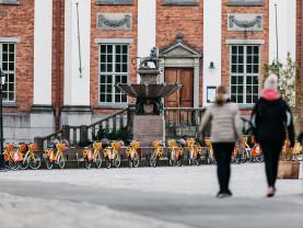 Kaksi naista kävelee kohti Turun pääkirjastoa.