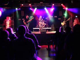 Nuorten yhtye lavalla esiintymässä Turku Bandstand katselmuksessa