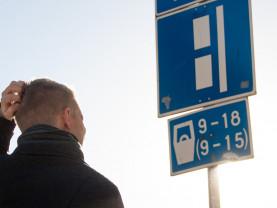 Autoilija ihmettelee pysäköintiliikennemerkkejä