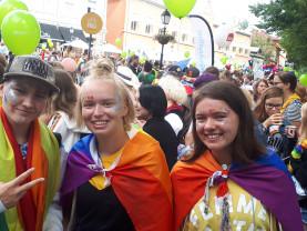 Priden osallistujia Vähätorilla